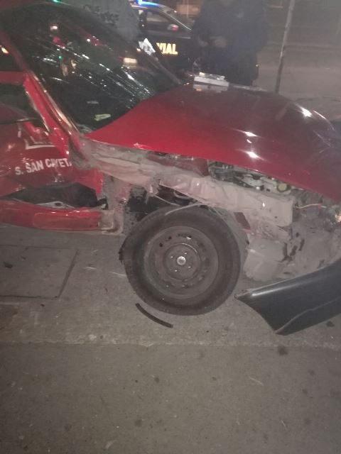 ¡Camioneta chocó a un taxi en Aguascalientes y dejó 2 lesionados de consideración!