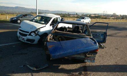 ¡4 lesionados tras brutal choque entre un auto y una camioneta en Aguascalientes!