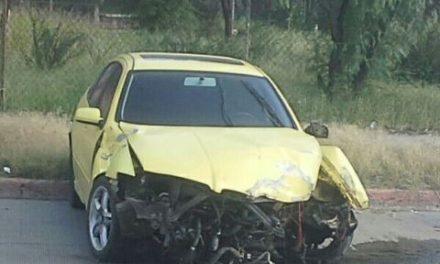 ¡Automovilista se estrelló contra unos árboles y un poste de alumbrado público en Aguascalientes!