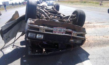 ¡Choque-volcadura entra una camioneta y un tráiler dejó 2 lesionados en Aguascalientes!
