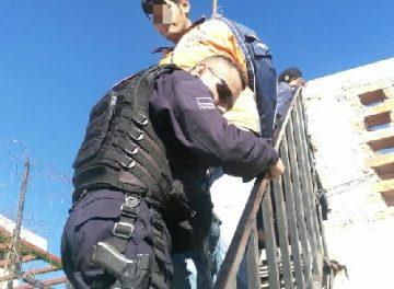 ¡Policías municipales evitaron que un joven se lanzara de un edificio en Aguascalientes!