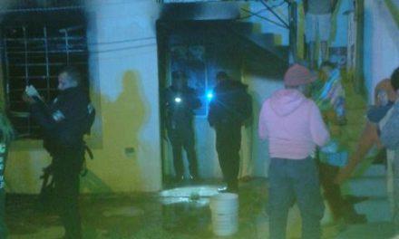 ¡Policías municipales de Aguascalientes rescataron a una mujer y sus dos hijos del fuego al incendiarse su domicilio!