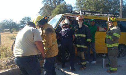 ¡Lesionado y prensado chofer de combi tras fuerte accidente en Aguascalientes!