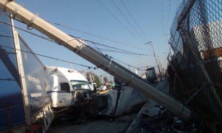 ¡Trailero lesionado tras estrellarse contra un poste de concreto de la CFE en Aguascalientes!