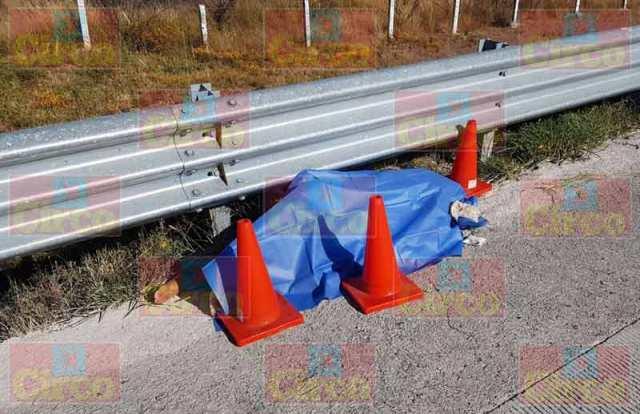 ¡Hallaron a una mujer muerta en la autopista Lagos de Moreno-San Luis Potosí!