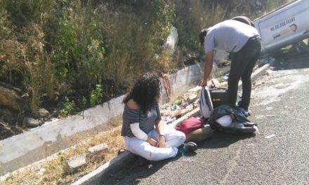 ¡Joven lesionada tras la volcadura de su auto en Lagos de Moreno!