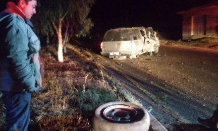 ¡Ebrio estrelló su camioneta contra unos árboles y la volcó en Aguascalientes!
