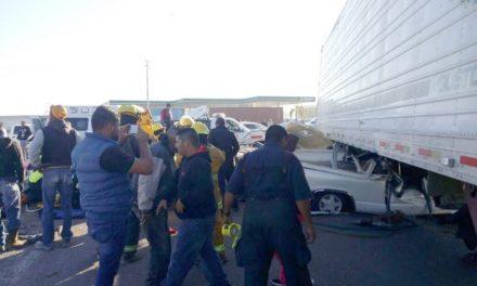 ¡Mueren 3 personas en fuerte choque entre una camioneta y un tráiler en Aguascalientes!