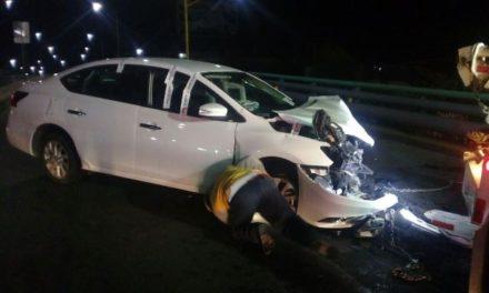 ¡Una joven destrozó su automóvil tras estrellarse contra un puente vehicular en Aguascalientes!