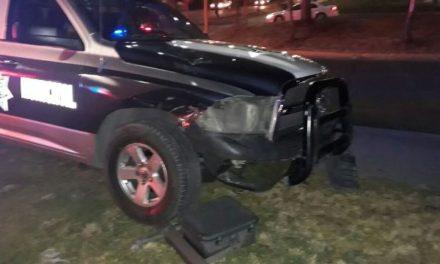 ¡Patrulla de la Policía Municipal que iba atender una emergencia chocó contra un auto en Aguascalientes!