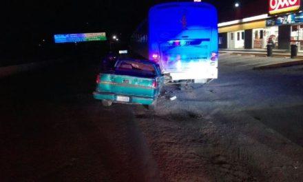 ¡Lesionado hombre tras estrellar su camioneta contra un camión en Lagos de Moreno!