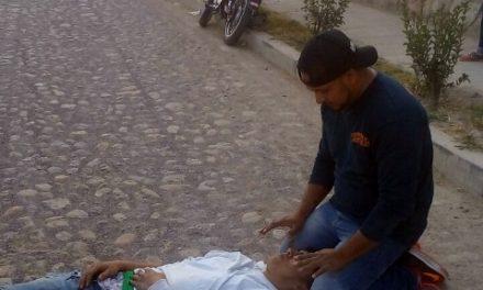 ¡Empleado de una refaccionaria lesionado tras caer de una motocicleta en Lagos de Moreno!