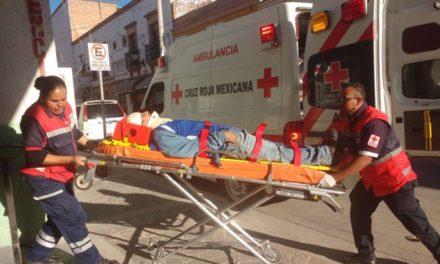 ¡Motociclista lesionado tras ser arrollado por camión urbano en Lagos de Moreno!