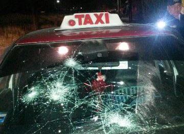 ¡Taxista atropelló a un peatón y testigos le destrozaron el auto de alquiler en Aguascalientes!