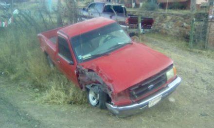 ¡Hombre lesionado tras estrellar su camioneta contra un señalamiento y un poste en Aguascalientes!