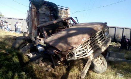 ¡Joven fue embestido por el tren en su camioneta en Aguascalientes y salió vivo!