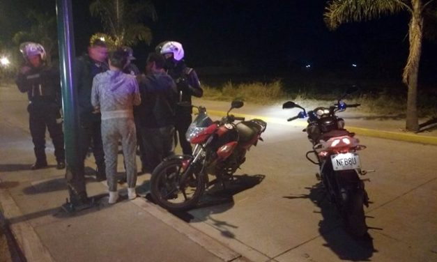 ¡Motociclista lesionado tras derrapar y estrellarse contra un poste en Lagos de Moreno!