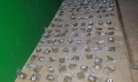 ¡Policías estatales detuvieron a 3 sujetos con un arma de fuego y droga en Fresnillo!