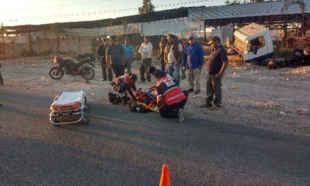 ¡Joven lesionado tras derrapar y caer de una motocicleta en Lagos de Moreno!