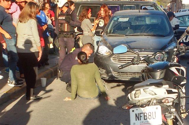 ¡Joven y su bebé lesionados tras ser atropellados por una automovilista en Lagos de Moreno!