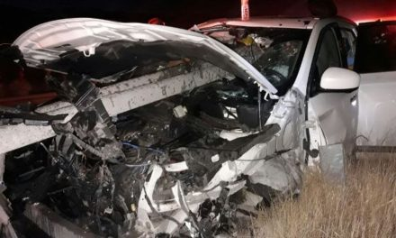 ¡Automóvil fue atravesado por una barrera metálica de contención en Aguascalientes: 2 lesionados!