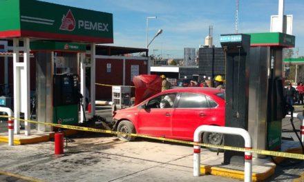 ¡Chofer de Uber atropelló a un peatón y se estrelló contra una bomba en una gasolinera en Aguascalientes!