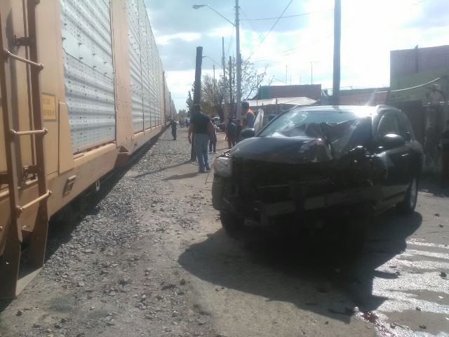 ¡2 camionetas chocaron contra el tren en Aguascalientes!