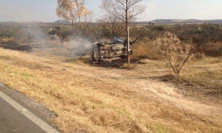 ¡Camioneta chocó contra un poste, se volcó e incendió en Aguascalientes: 4 lesionados!