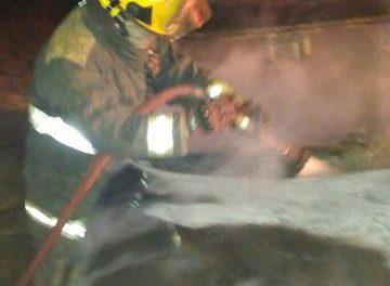 ¡Bomberos estatales apagaron incendio de automóvil robado con violencia en Aguascalientes!