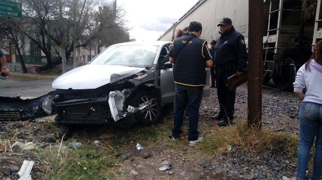 ¡Automovilista fue embestido por el tren en Aguascalientes y sufrió lesiones leves!