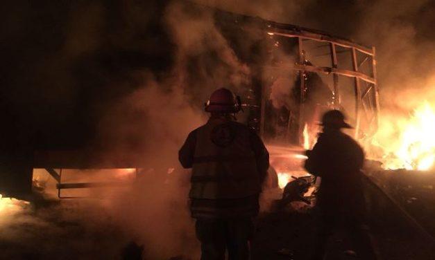¡Choque e incendio entre 2 trailers dejó 1 lesionado en Lagos de Moreno!