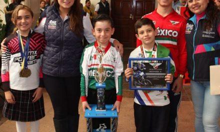 ¡Alumnos triunfadores de la escuela de iniciación de BMX agradecieron a Tere Jiménez por el impulso que ha dado al deporte!