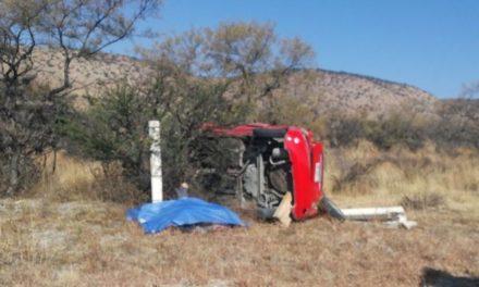 ¡1 muerto y 1 lesionada dejó la volcadura de un auto en la autopista Lagos de Moreno-San Luis Potosí!
