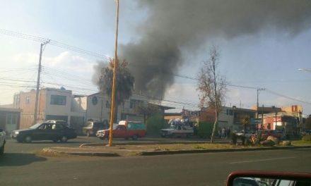 ¡Incendio casi acabó con una chatarrera y un taller mecánico en Aguascalientes!