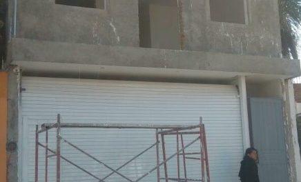 ¡Grave albañil que cayó de un andamio de metros de altura y se fracturó el cráneo en Aguascalientes!