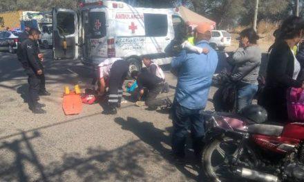 ¡Mujer motociclista lesionada al ser impactada por un auto en Lagos de Moreno!
