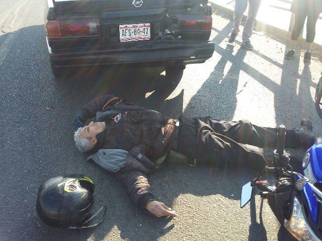 ¡Motociclista lesionado tras estrellarse contra un automóvil en Aguascalientes!