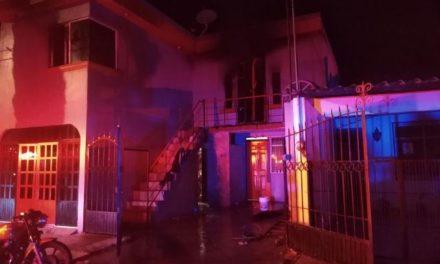 ¡Policías municipales de Aguascalientes rescataron a dos gemelos de 3 años al incendiarse una casa en el fraccionamiento Pirámides!