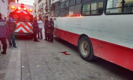 ¡Hombre se arrojó al paso de un camión urbano para suicidarse en Lagos de Moreno!