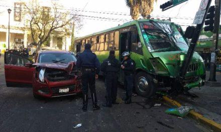 ¡Mujer en camioneta se pasó el alto del semáforo y chocó contra un camión urbano en Aguascalientes!
