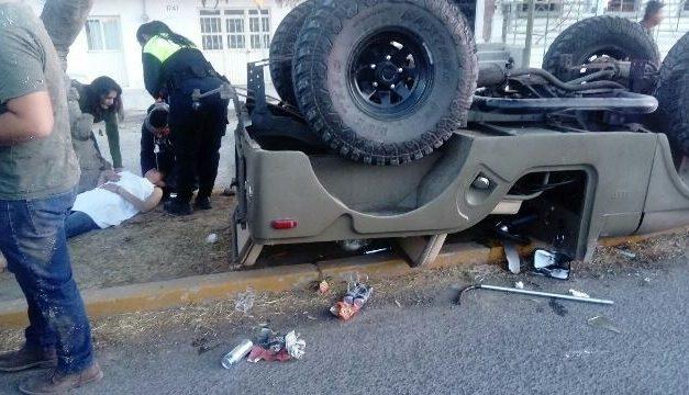 ¡4 jóvenes lesionados tras la volcadura de una camioneta en Lagos de Moreno!
