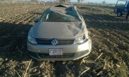 ¡Joven volcó su automóvil en Aguascalientes por circular a exceso de velocidad!