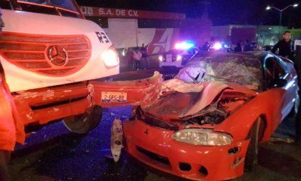 ¡3 lesionados graves tras choque entre un auto y un camión urbano en Lagos de Moreno!