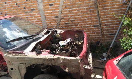 ¡Policías municipales fueron agredidos a balazos por 2 sujetos que desmantelaban un taxi robado en Aguascalientes!