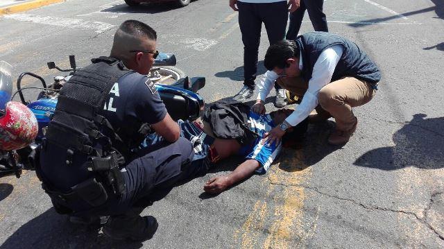 ¡Automóvil embistió una motocicleta en Aguascalientes y dejó 3 lesionados!