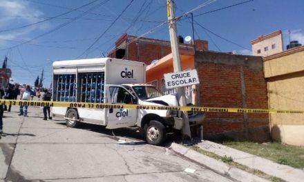 ¡Camioneta repartidora de agua provocó impresionante accidente en Aguascalientes!