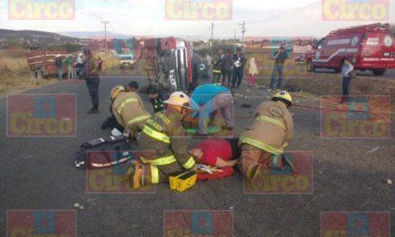 ¡9 lesionados tras choque-volcadura entre un automóvil y una camioneta en Lagos de Moreno!