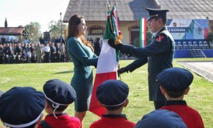 ¡Acude Tere Jiménez a ceremonia del Día de la Bandera!