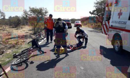 ¡Grave adolescente ciclista embestido por una camioneta en Lagos de Moreno!