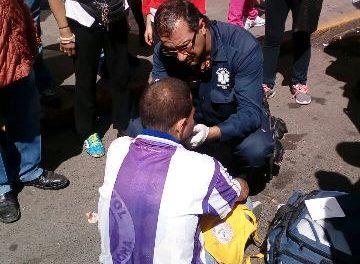 ¡Peatón se impactó contra un auto en la Zona Centro de Aguascalientes y resultó lesionado!